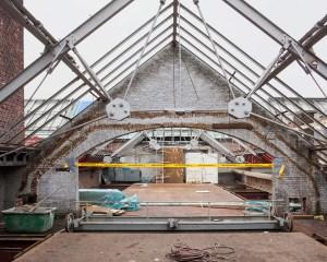 De aannemer is momenteel het asbest op de zolders van het museumgebouw aan het verwijderen. Op deze zolder is de asbestsanering intussen uitgevoerd waardoor de dakconstructie kan worden afgebroken.