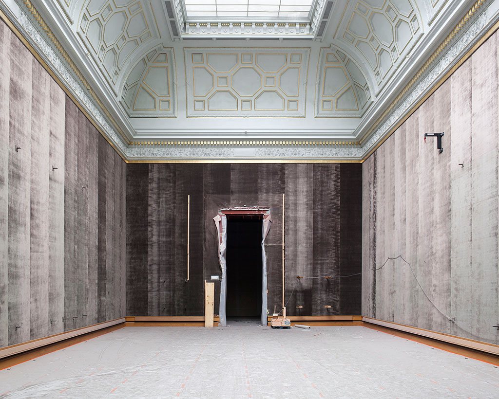 In de Rubenszaal werd de deuropening verhoogd om grote werken vanuit de oude depotruimtes via de luiken in de vloer van de zaal naar het nieuwe interne depot te verhuizen