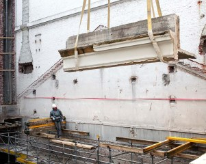 De torenkraan hijst een stuk van de dakconstructie omhoog. Zo'n bestonstuk is ongeveer 5 meter breed en 4 tot 5,5 ton zwaar. Foto: Karin Borghouts